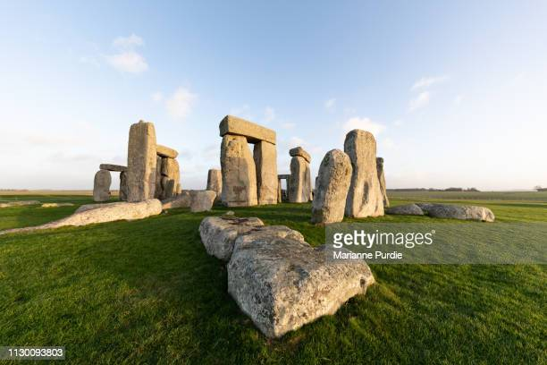 stonehenge in the early morning - stonehenge stock photos and pictures
