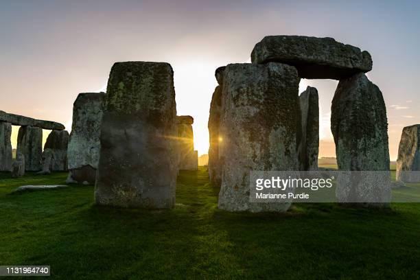 stonehenge in the early morning - archäologie stock-fotos und bilder