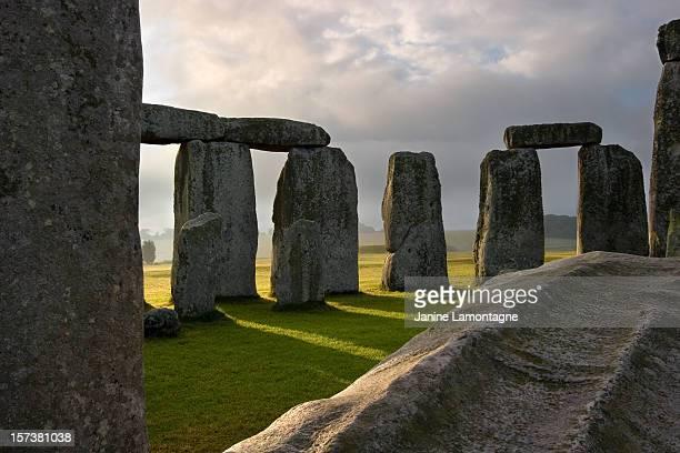stonehenge ruins - stonehenge stock photos and pictures