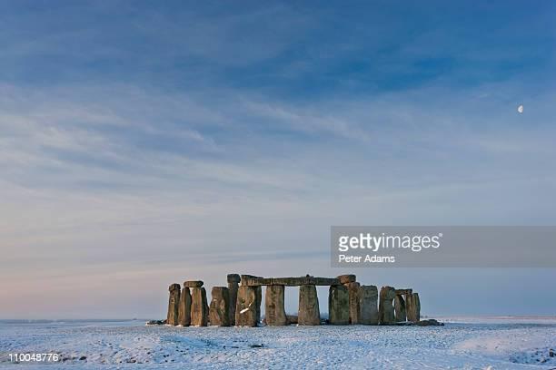 stonehenge, wiltshire, england in winter snow - stonehenge stock photos and pictures
