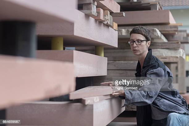 stonemason quality checking blocks of stone - 彫刻家 ストックフォトと画像