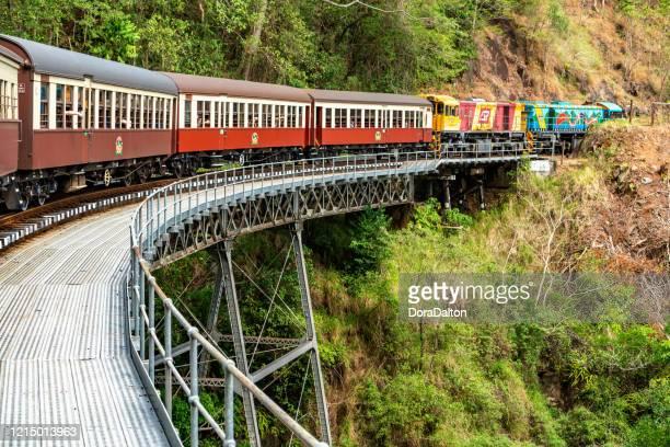 クランダ風光明媚な鉄道のストーニークリーク、ケアンズ、オーストラリア - クランダ ストックフォトと画像