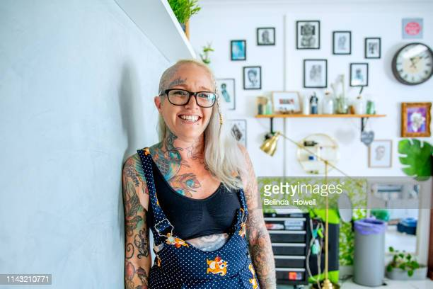 stong, independent, artistic, business women who design and create tattoos from their bright and unique shop - showus foto e immagini stock