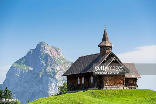 stoos-kirche church in front of grosser mythen mountain, stoos, morschach, canton of schwyz, switzerland - kirche stock pictures, royalty-free photos & images