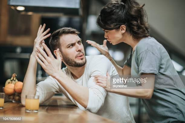 私を悩ますことを止める! - コミュニケーション不足 ストックフォトと画像