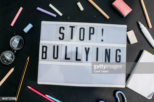 stop bullying - violencia escolar fotografías e imágenes de stock