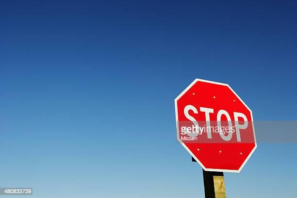 Panneau d'arrêt contre clair ciel
