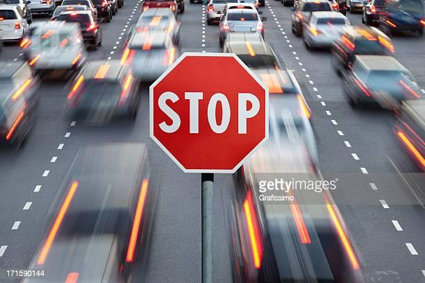 Panneau Stop et voitures en heure de pointe