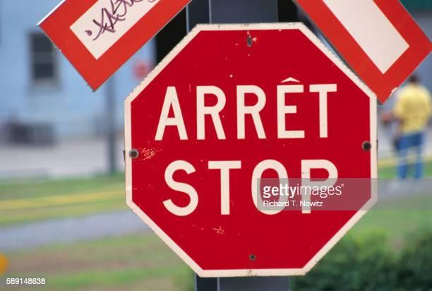 stop sign in french and english - québec stock-fotos und bilder