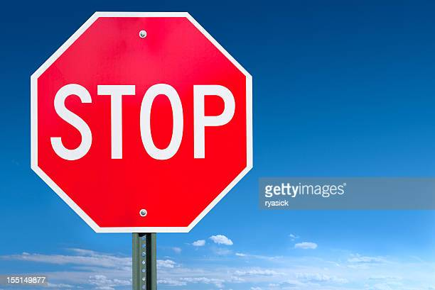 Panneau Stop après sur un ciel bleu en arrière-plan