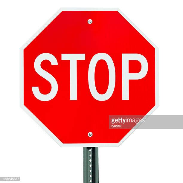 Panneau Stop après de signalisation isolé sur blanc