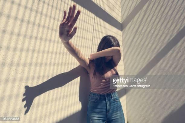 stop violence - violencia fisica fotografías e imágenes de stock