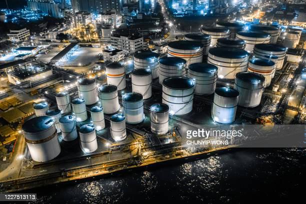 液体化学および石油化学製品タンクの貯蔵タンク、夜間の空中写真。香港 - 液化天然ガス ストックフォトと画像