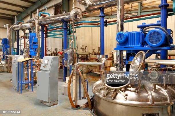 storage vessels and machinery in a chemical factory - storage tank - fotografias e filmes do acervo