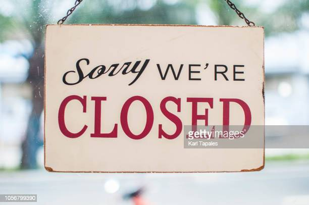 store closed sign hanging on the window - vintage restaurant stock pictures, royalty-free photos & images