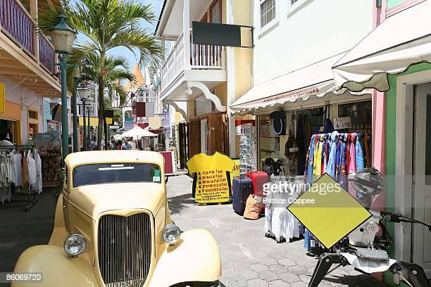 stores in village in philipsburg, antilles, caribbean - philipsburg sint maarten stockfoto's en -beelden