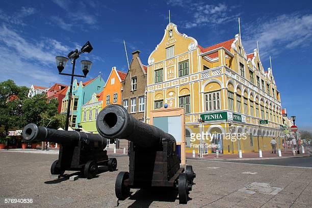 stores on handelskade, punda district, willemstad, curacao, netherlands antillies, west indies, caribbean - curaçao stockfoto's en -beelden