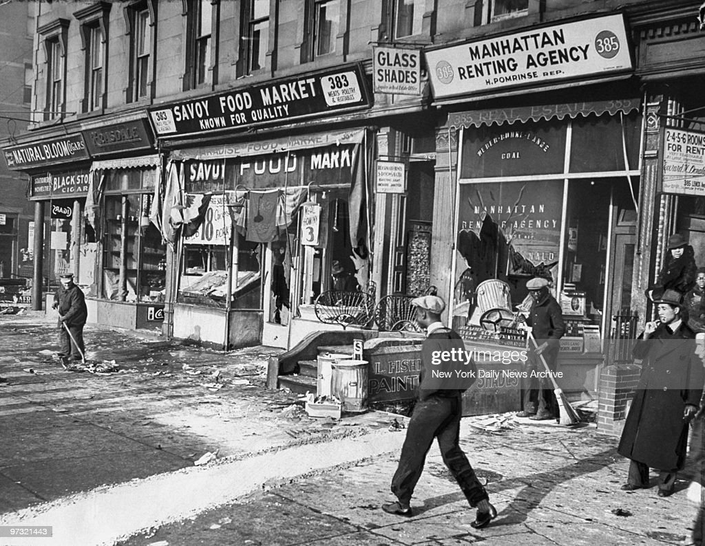Stores on the corner of Lenox Avenue, between 129th and 130t : News Photo