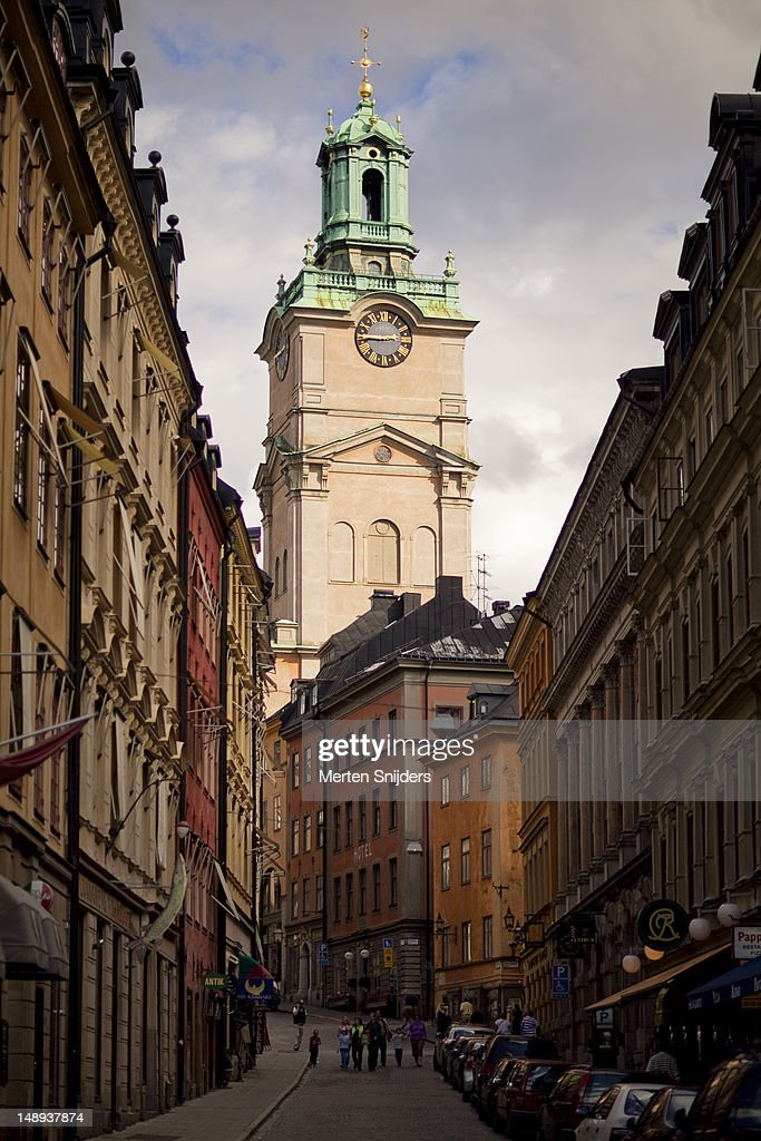 Storkyrkobrinken, with the tower of the Storkyrkan (Big Church) rising up behind buildings. : Stockfoto