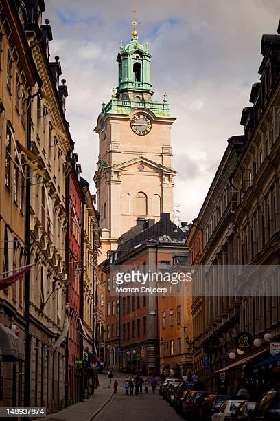 storkyrkobrinken, with the tower of the storkyrkan (big church) rising up behind buildings. - merten snijders stockfoto's en -beelden