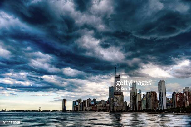 storm approaching over the skyline of chicago - ken ilio stock photos and pictures