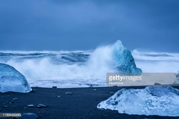 storm at diamond beach near jökulsárlón, iceland - 氷河湖 ストックフォトと画像