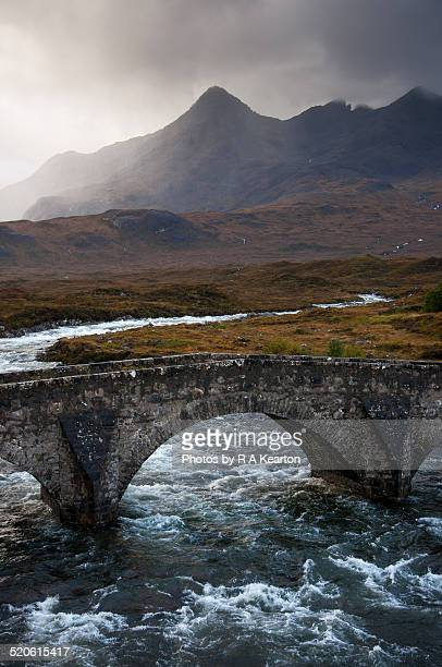 storm at sligachan bridge, isle of skye, scotland - glen sligachan photos et images de collection