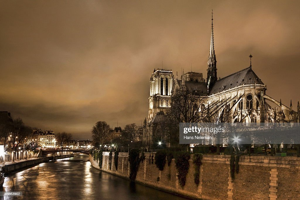 Storm Brewing Over Notre Dame. : Stock-Foto
