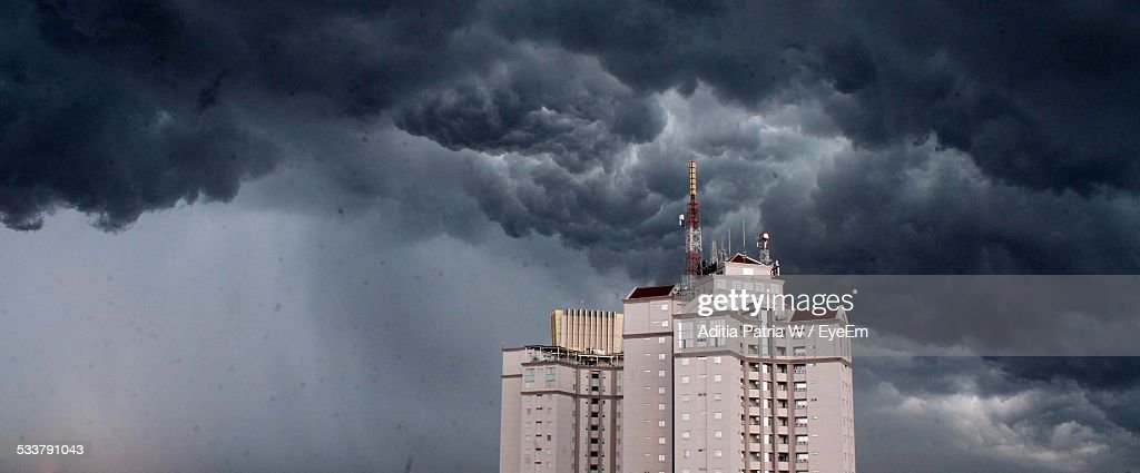 Storm Clouds Above Skyscraper : Foto stock
