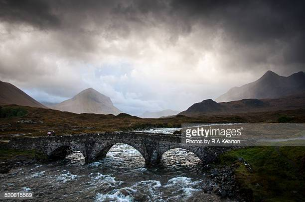 storm clouds at sligachan, isle of skye, scotland - glen sligachan photos et images de collection
