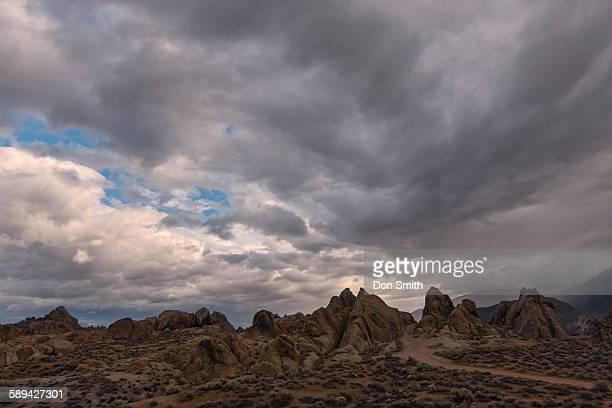 storm clouds over alabama hills - don smith imagens e fotografias de stock