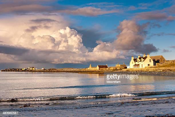 nubi tempestose sulla baia di sumburgh in shetland durante il tramonto - isole shetland foto e immagini stock