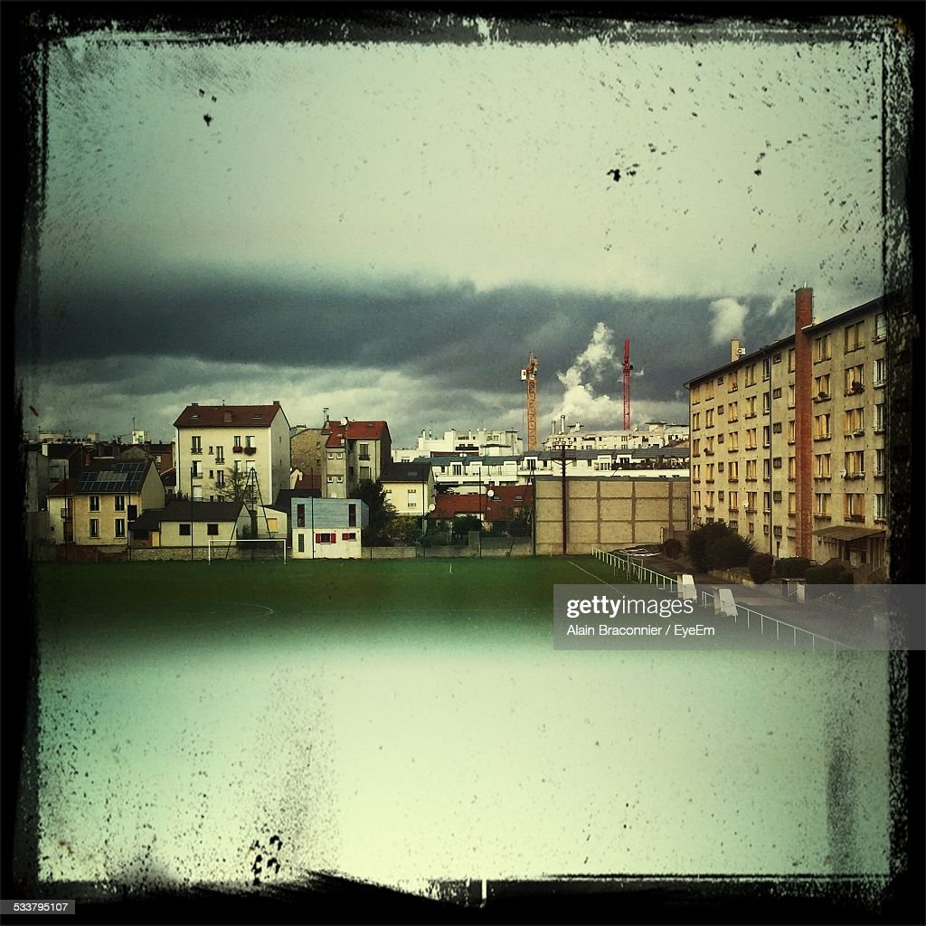 Storm Clouds Over City : Foto stock