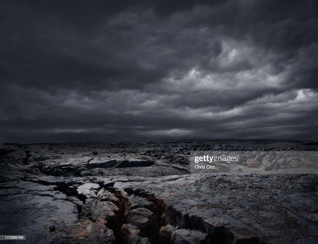 Storm clouds over dry rocky landscape : Foto de stock
