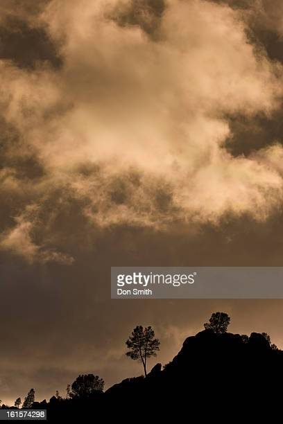 storm clouds over high peaks - don smith foto e immagini stock