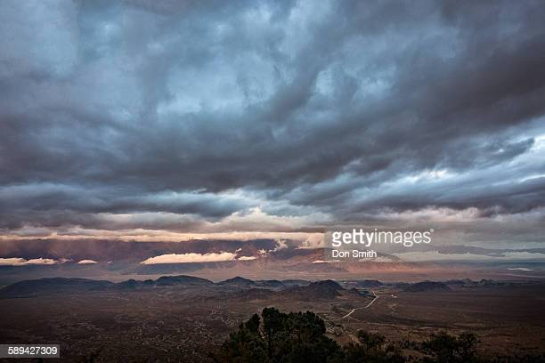 storm clouds over owens valley - don smith foto e immagini stock