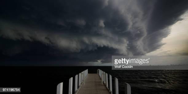storm clouds over sea, melbourne, australia - melbourne storm stockfoto's en -beelden