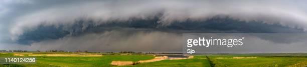 storm wolken over de reevediep waterweg bij kampen in de ijssel delta - benelux stockfoto's en -beelden