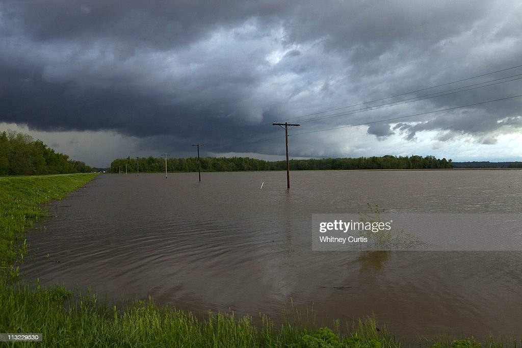 Severe Storm System Threatens To Flood Mississippi and Ohio River Valleys : News Photo