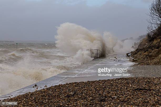 storm imogen hits totland bay on the isle of wight - s0ulsurfing stock-fotos und bilder