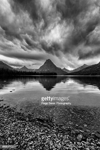storm over two medicine lake - lago two medicine montana - fotografias e filmes do acervo