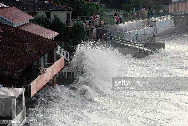 storm waves battering laguna beach houses - el nino stock pictures, royalty-free photos & images