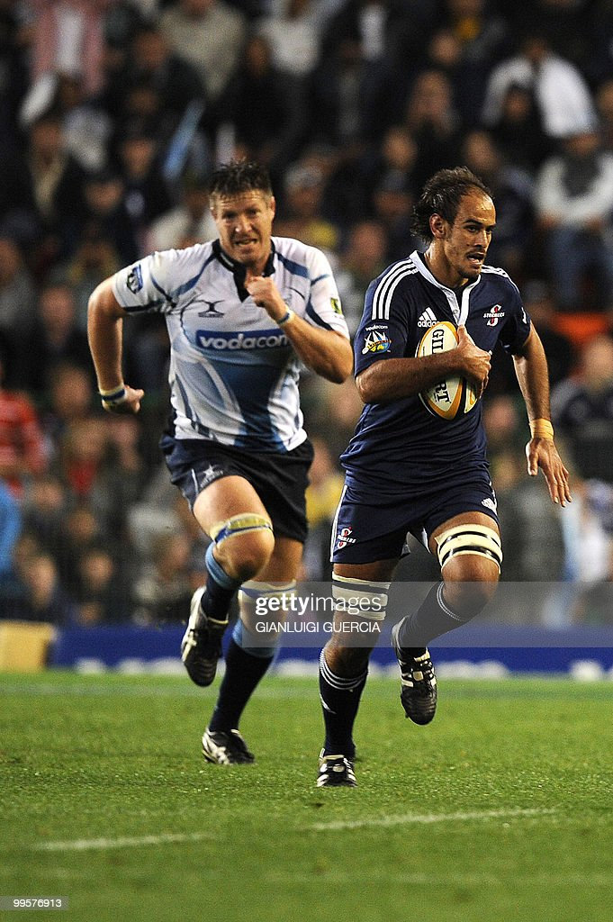 Stormers wing Pieter Louw (R) runs past Bulls defence on May 15, 2010 during the Super14 rugby match between Bulls and Stormers at Newlands stadium in Cape Town, South Africa.