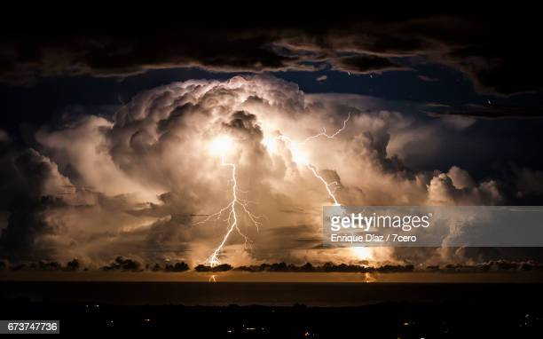 stormy night over byron bay - nube temporalesca foto e immagini stock