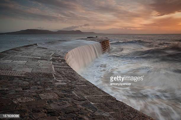 vehemente mares en cobb - lyme regis fotografías e imágenes de stock