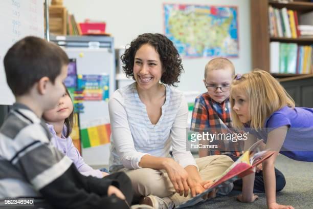 小学校の教室での読み聞かせ - 綴り ストックフォトと画像