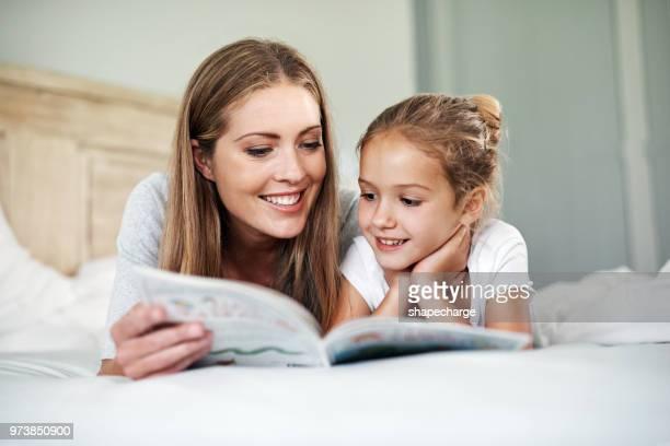 tiempo de historias es nuestro momento favorito - leer fotografías e imágenes de stock