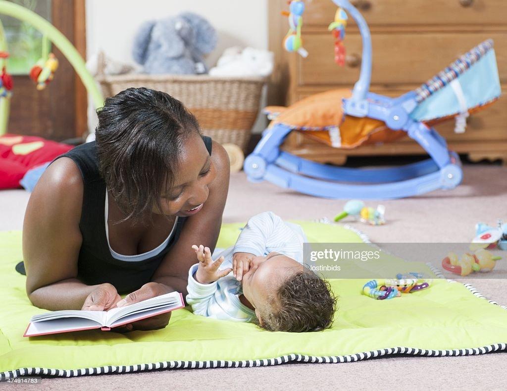 お話の時間には、Playmat Carer と赤ちゃん : ストックフォト