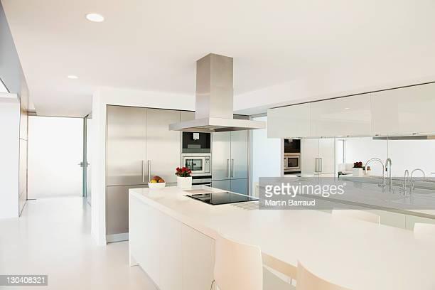 Fogão na cozinha moderna e balcões