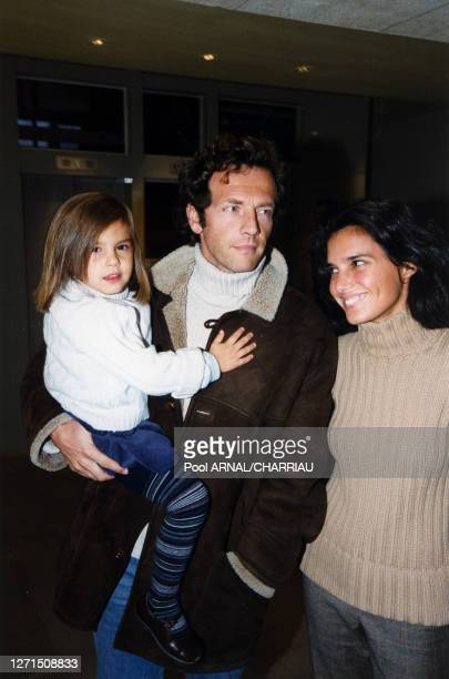Stéphane Freiss avec sa femme Ursula et sa fille Camille arrivent à la soirée Gucci le 6 octobre 1999 à Paris, France.